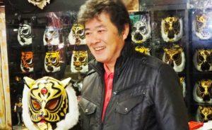 笑顔でタイガーマスクを持つ上田さん