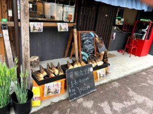 収穫した作物をカフェの軒先で販売しているようす