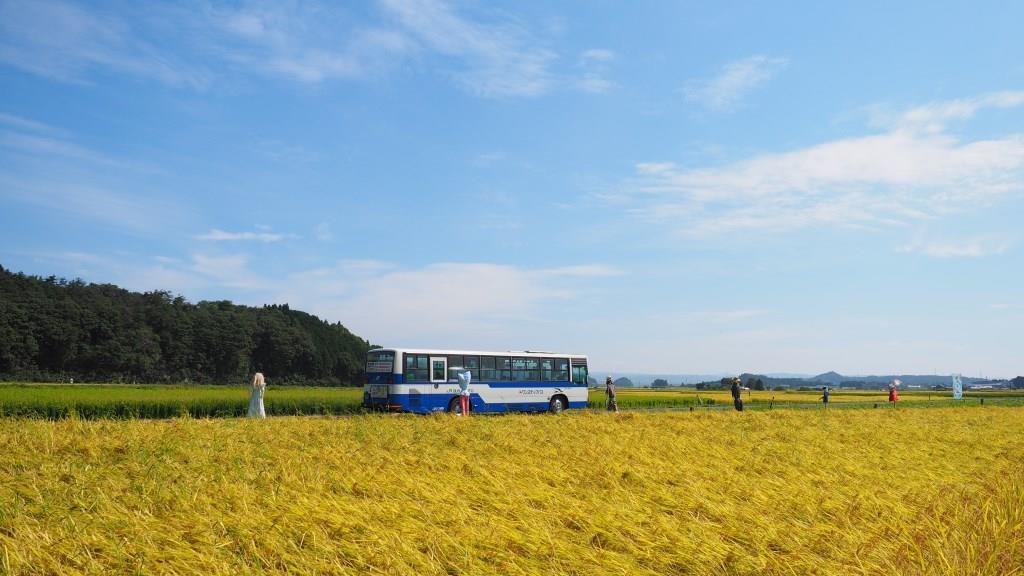 田園を走る路線バス